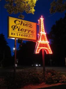 Chez Pierre night sign neon Eiffel Tower IMG_0283